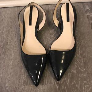 Low kitten heel. Navy patent color.